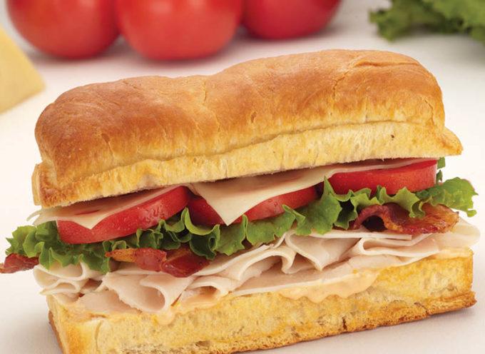 Entregan sándwiches en paracaídas