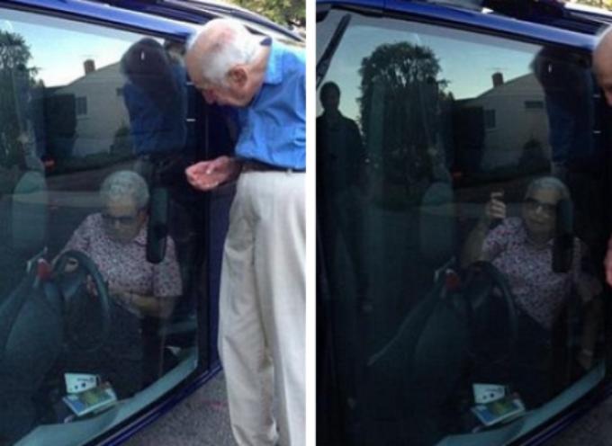 Pareja de ancianos y una selfie tras volcar su vehículo se hace famosa en la web