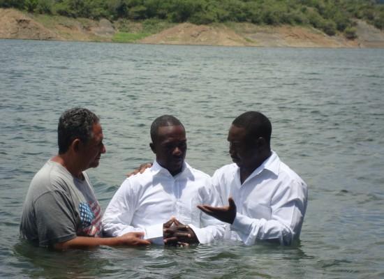 Exmusulman demanda a iglesia por foto de su bautismo