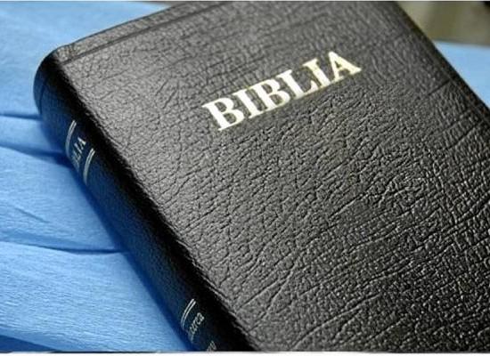 Biblias y libros ateos son distribuidos en escuelas estadounidenses