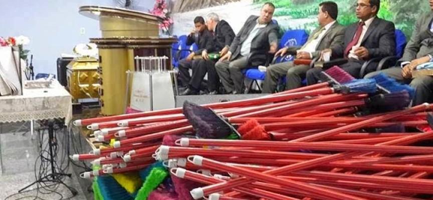 """Iglesia vende """"escobas ungidas"""" para barrer basura espiritual de las casas"""