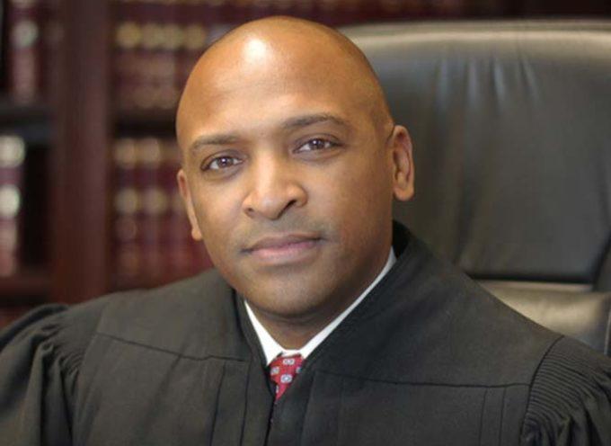 Senado de EEUU nombra al primer juez afroamericano gay