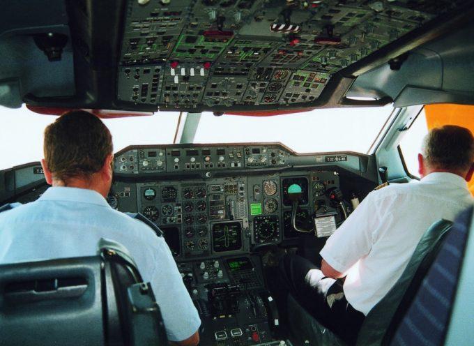 Piloto se encerró en la cabina dejando fuera al copiloto en pleno vuelo