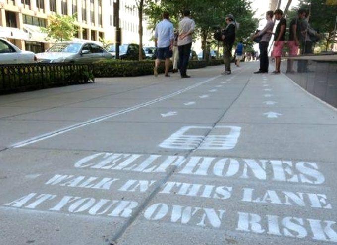 Crean un carril especial para usuarios de celulares