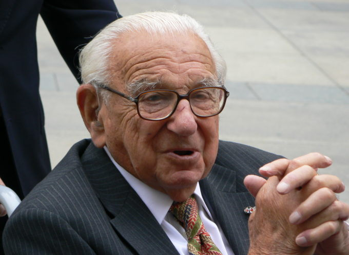 Hombre es condecorado por haber salvado a 669 niños judíos del holocausto nazi