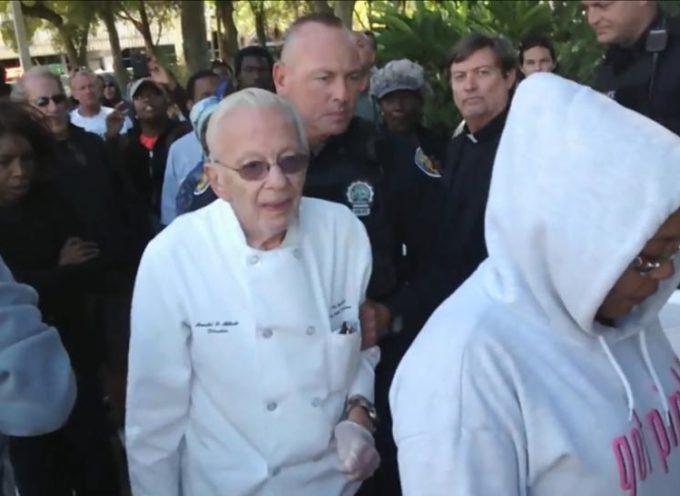 Hombre de 90 años es arrestado por alimentar a mendigos