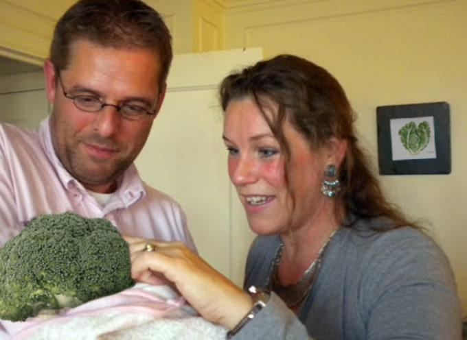 Vegetarianos adoptan un brocoli porque no quieren un hijo de carne y hueso