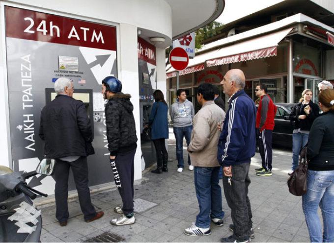 Un ladrón quiso robar un banco pero el cajero lo obligó a hacer la cola