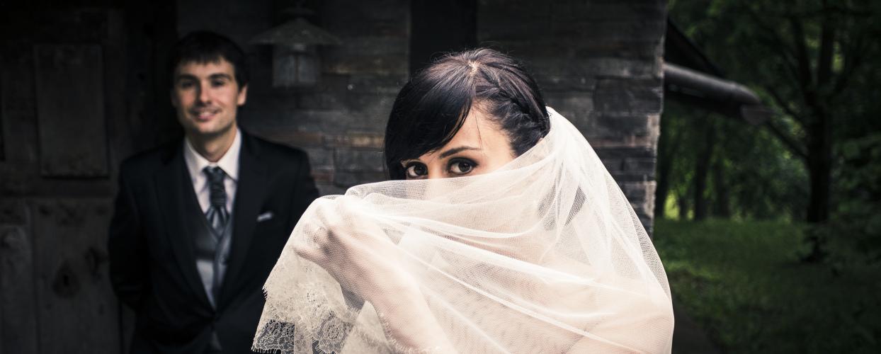 Insolito: se divorcia tras verle la cara a su mujer por primera vez