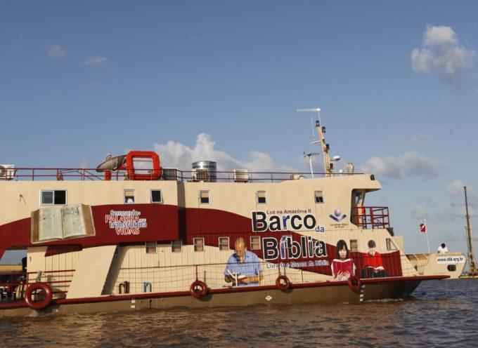 15 mil Biblias son distribuidas en barco en comunidades de la selva amazónica