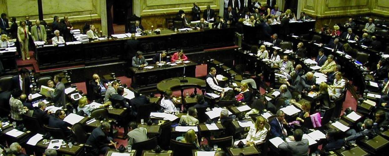 Desalojan a pastor por agredir a diputados en votación por ley homosexual