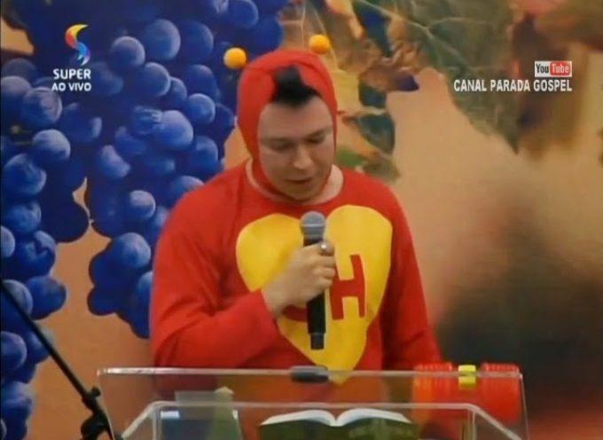 """Pastor vestido de Chapulín Colorado predica """"Ahora, ¿quién podrá defenderme?"""""""