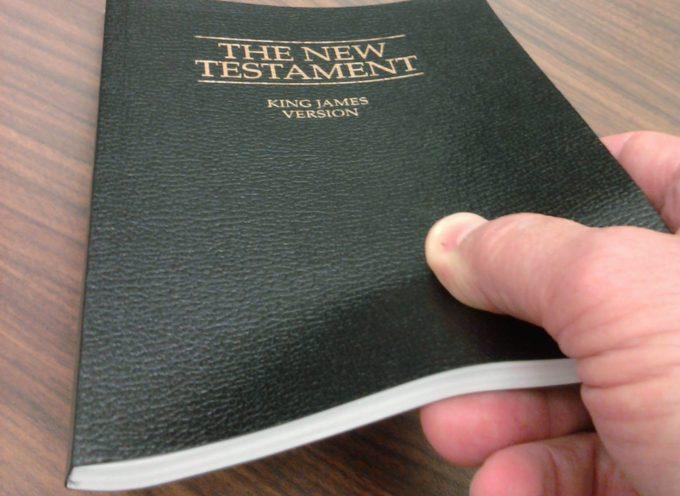 Ateos amenazan con demanda a Gedeones por distribuir Biblias en escuela