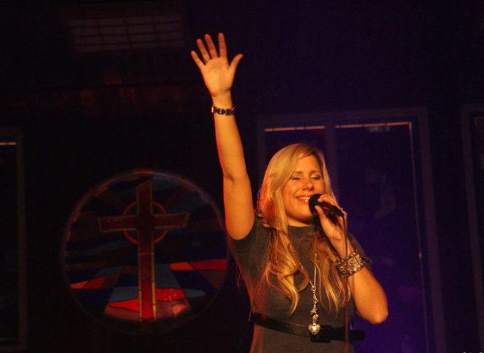 """Lucia Parker presenta nuevo corte musical """"Dios está aquí"""""""