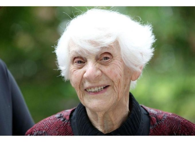 Tras impedirlo los nazis por tener un origen judio, se doctora a los 102 años
