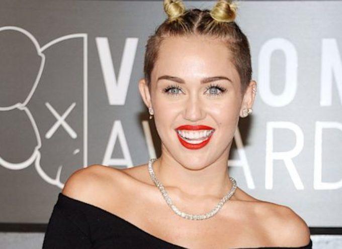"""Miley Cyrus critica a cristianos conservadores por creer en """"cuentos de hadas"""""""
