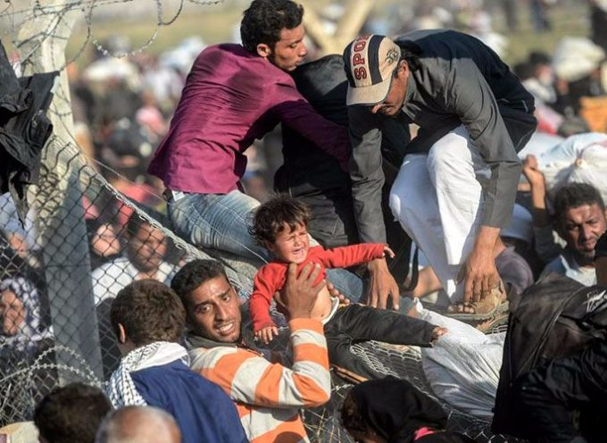 Miles de sirios huyen de ISIS y destrozan vallas de frontera turca