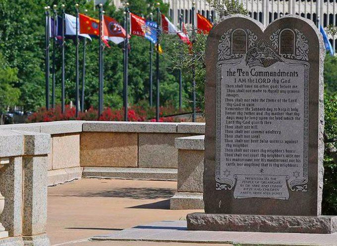 Gobernadora de Oklahoma defiende monumento a Diez Mandamientos