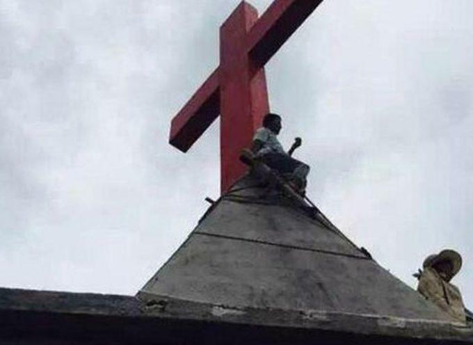 China: un mes en el tejado defendiendo su cruz