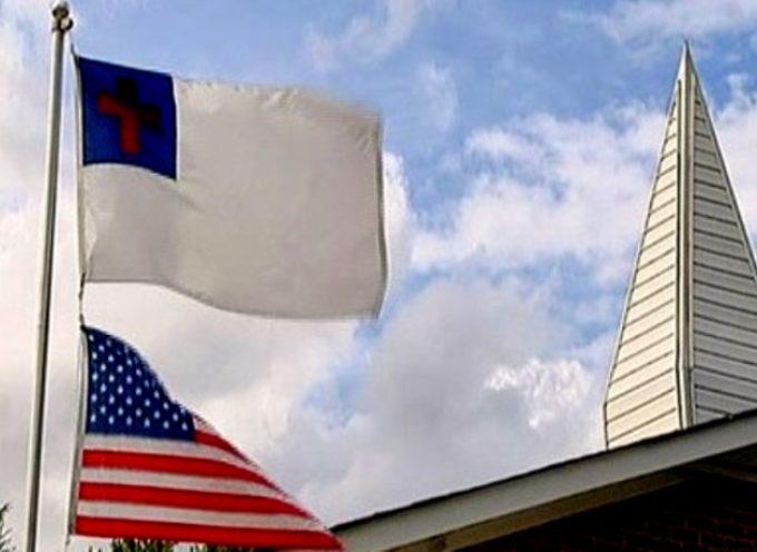 Bandera cristiana es colocada en alto en el edificio de la Policía en EE.UU.