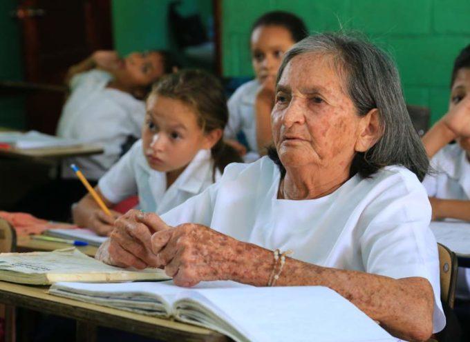 Honduras: Anciana de 83 años va a la escuela para aprender a leer la Biblia