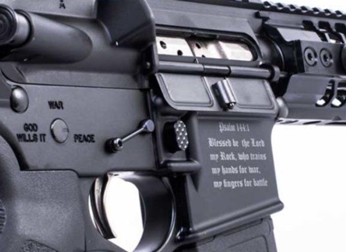 Insolito: EE.UU. permite venta de rifles con simbología cristiana