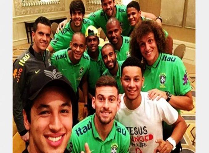 Kaká y David Luiz realizan culto con selección de Brasil