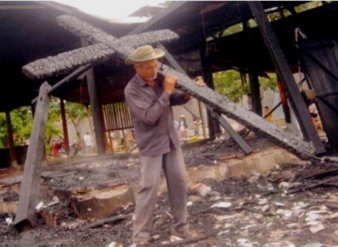 Indonesia: Musulmanes extremistas derriban iglesias cristianas con hachas