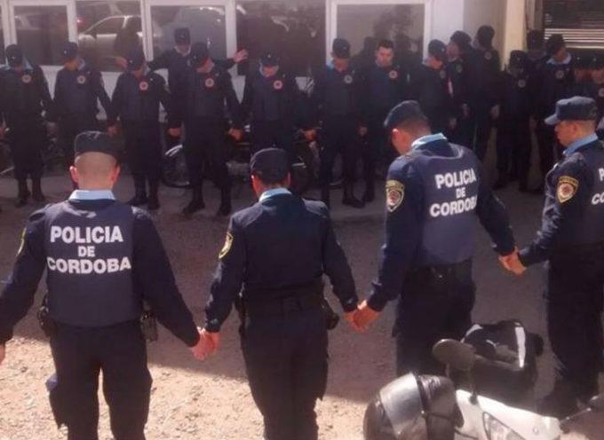Policías argentinos se reúnen para orar antes de salir a las calles