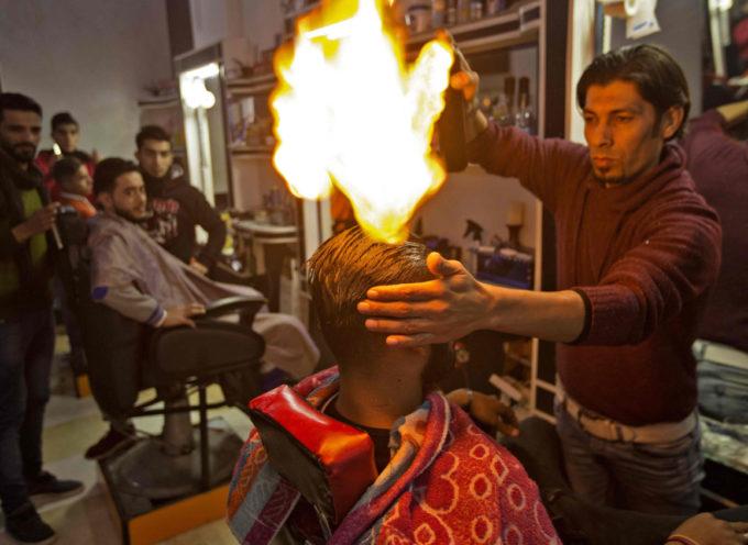 Insolito: Peluquero pakistaní incendia el pelo de sus clientes