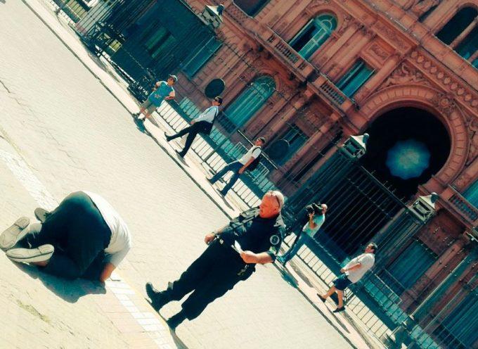 """""""Menos traje y corbata y mas oracion"""", dijo el pastor que movilizo a todos los medios del pais frente a la Casa Rosada."""