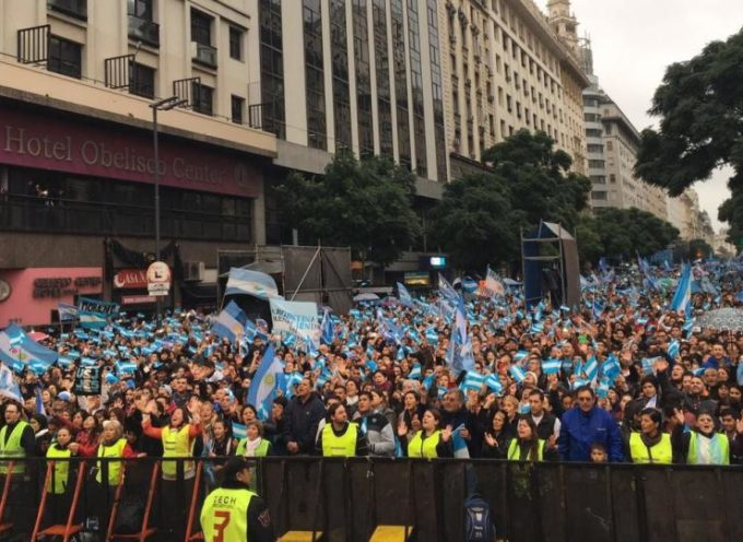 """Miles de evangélicos oraron por la """"recuperación de la Argentina"""" en el Obelisco"""