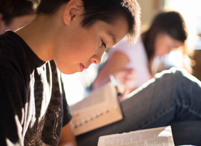 """Escritor ateo afirma """"Los niños que leen la Biblia elevan su nivel educativo"""""""