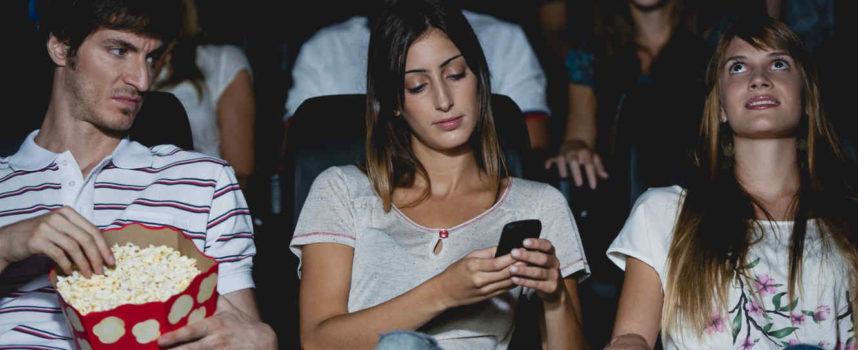 Insolito: Demandó a su novia por whatsapear en el cine