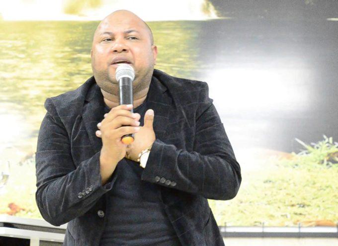 """Pastor que baila como """"Michael Jackson"""" en las iglesias, se hace viral"""