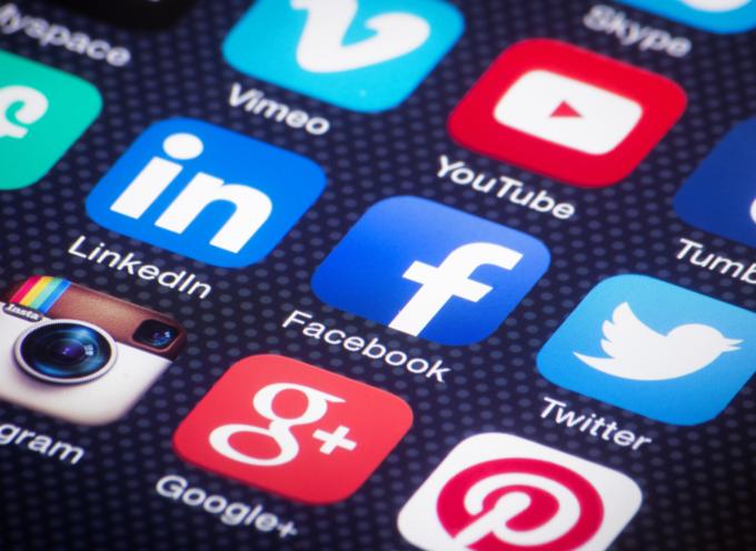 Facebook podría pagar multas de hasta 50 millones de dólares si no elimina los discursos de odio de su plataforma