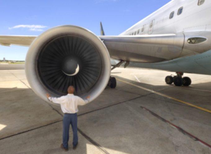 Insolito: Lanza monedas de la suerte al motor del avión, y lo demora por cinco horas