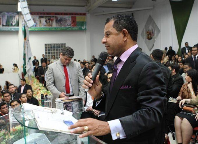 """Pastor es acusado después de predicar contra la """"Biblia Gay"""""""