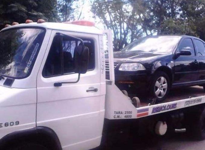 Insolito: Multan por exceso de velocidad a un auto remolcado por una grúa