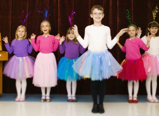 Insolito: Iglesias de Inglaterra aprueban que niños usen vestuarios de mujer